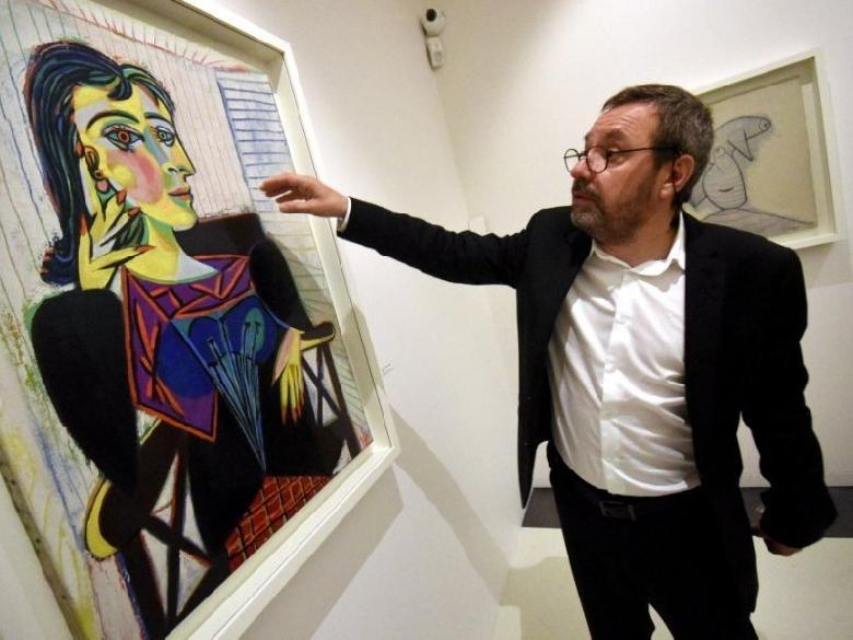 Le conservateur Benoît Decron devant la peinture Dora Marr, pièce maîtresse de l'exposition consacrée au peintre espagnol. (José A. Torres)