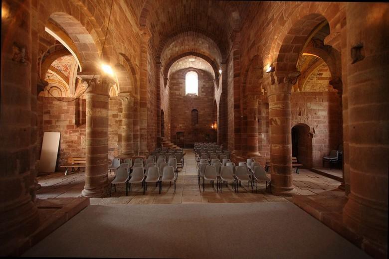 A l'intérieur, l'arc triomphal orné de chapiteaux sculptés ouvre sur un choeur terminé par une abside à cinq pans couverte d'une voûte en cul-de-four.