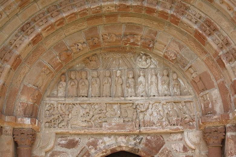 Le beau portail sculpté juxtapose deux sujets : le tympan représente la Pentecôte, et le linteau évoque l'Apocalypse et le Jugement Dernier.