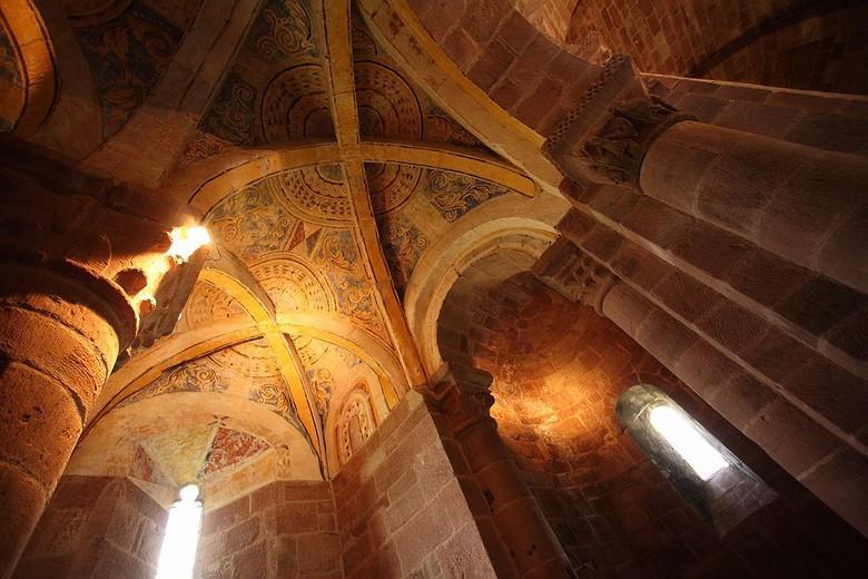 Le chevet surmonté de son clocher peigne que l'on peut apprécier depuis le pont en contrebas, constitue la partie la plus remarquable de l'édifice.