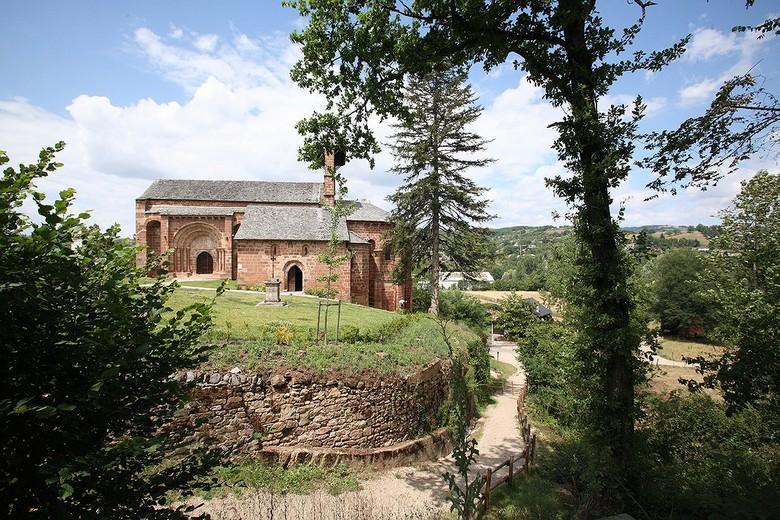 Construite en grès rose, L'église de Perse est située sur le Chemin de Saint-Jacques de Compostelle, dans le cimetière de la ville. Elle a été longtemps église paroissiale.