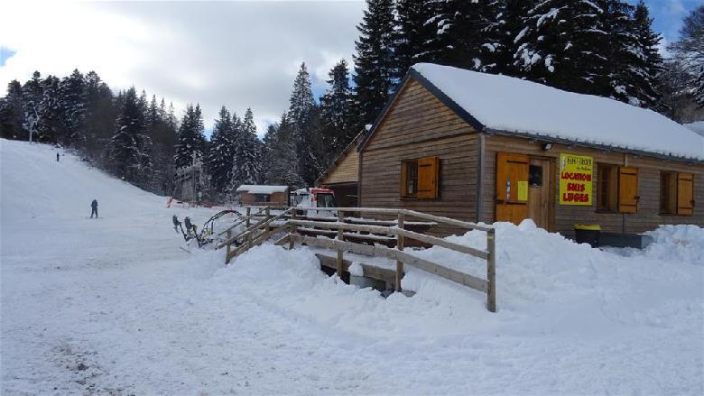 35 km de pistes de ski de fond, damés et balisés, 6 pistes de ski alpin, des itinéraires pour la pratique du traineau à chiens, 4 sentiers de raquettes