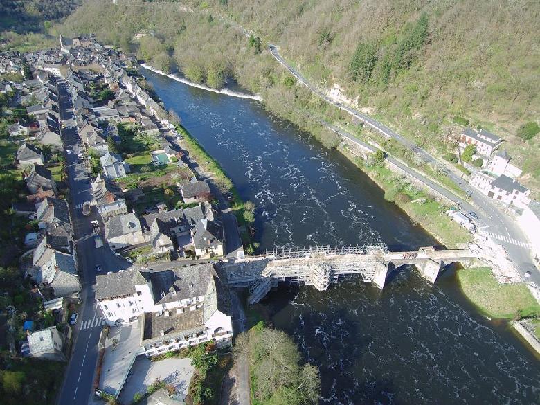Les travaux de restauration du pont d'Entraygues, qui enjambe la Truyère, datant du XIIIe siècle et classé monument historique.