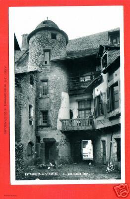 Une vieille tour escalier dans la rue droite - Aveyron