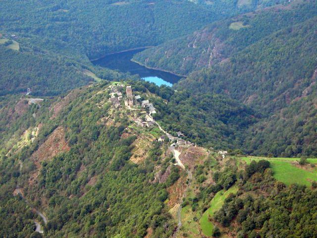 Le ch�teau f�odal de Valon, b�ti comme un nid d'aigle sur la butte rocheuse, et qui domine de 300 m�tres les Gorges de la Truy�re, f�t b�ti au XII� si�cle. Ce site m�di�val est class� parmi les plus pittoresques villages de l'Aveyron.