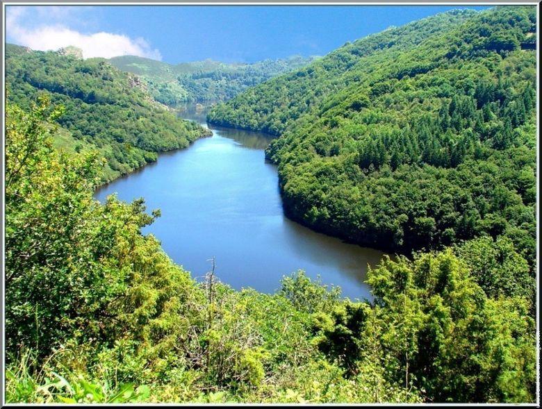 La Truy�re, dans son p�riple vers le sud o� elle se jette dans le Lot, a creus� des gorges profondes entre Monts du Cantal et plateau de l�Aubrac, dessinant des paysages grandioses et sauvages, � couper le souffle.