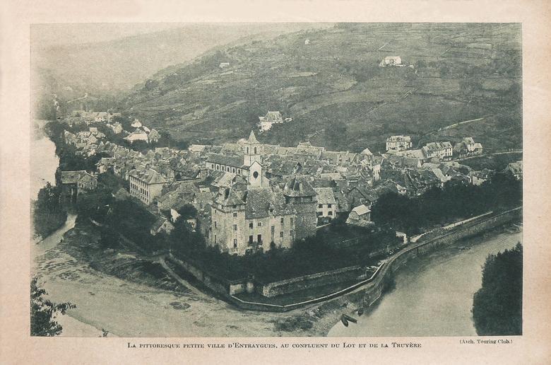 La pittoresque petite ville d'Entraygues-sur-Truyère au confluent du Lot et de la Truyère - Aveyron