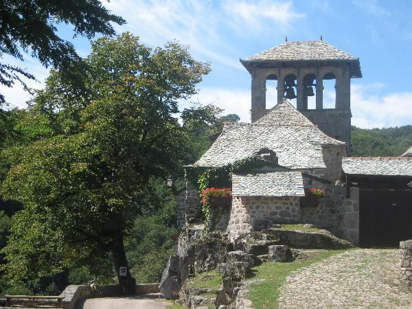 Eglise romane avec clocher peigne - Aveyron