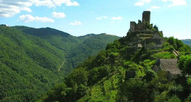 Le château de Valon, véritable forteresse contrôlant autrefois l'accés à la vallée sauvage et encaissée de la Truyère, qu'il surplombe de plus de 300m.