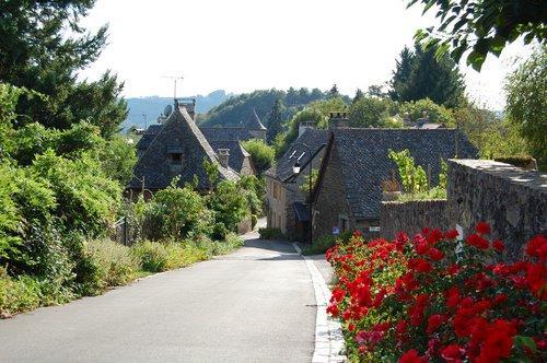 Le fel est un petit village traditionnel est construit sur une crête étroite dominant la vallée du Lot