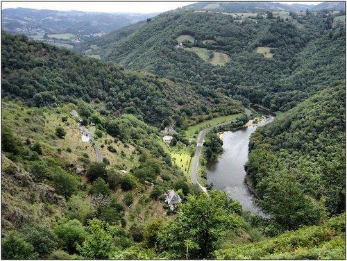 Un panorama sublime de la vallée du Lot, au cœur du village pittoresque, entouré de vignes  cultivées en terrasse.