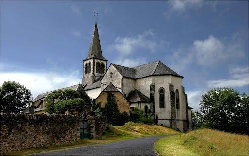 L'église de Roussy située à 900 m du Fel est édifiée au sommet d'un piton.