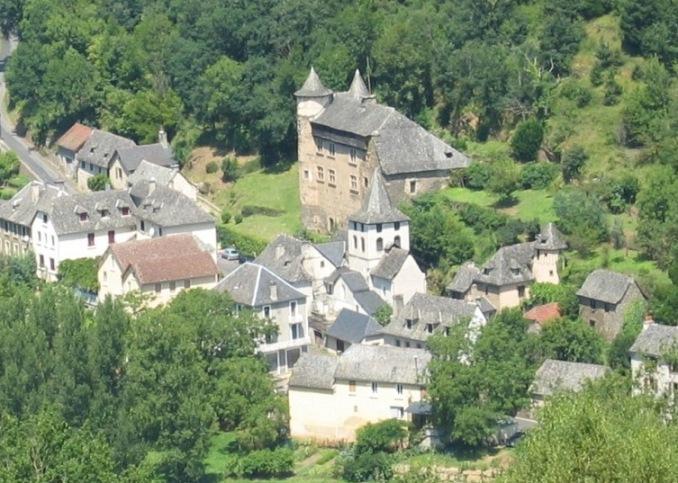 Vieillevie: Situ� dans la vall�e du Lot, Vieillevie, entre Entraygues sur Truy�re et Conques, limitrophe de l'Aveyron et � l'extr�me sud du Cantal, le ch�teau fort de Vieillevie domine le village le plus m�ridional du Cantal.