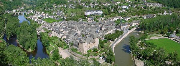 Entraygues au milieu de ses rivières Lot et Truyère