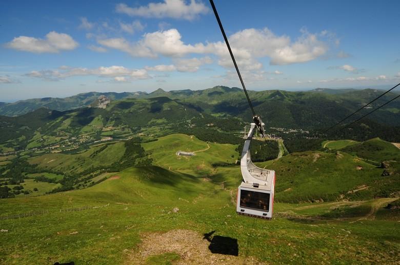 Le téléphérique du Plomb du Cantal permet de s'approcher au plus près du point culminant du Massif Cantalien à 1855m et de découvrir ainsi un magnifique panorama à 360°