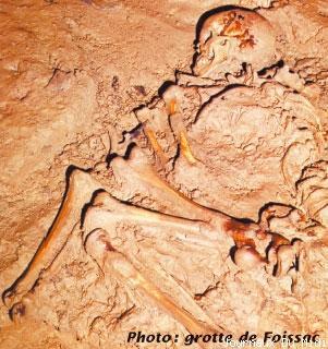 La grotte préhistorique de Foissac, à 1,5 km au sud du village du même nom, est située sur un plateau calcaire dominant la vallée du Lot